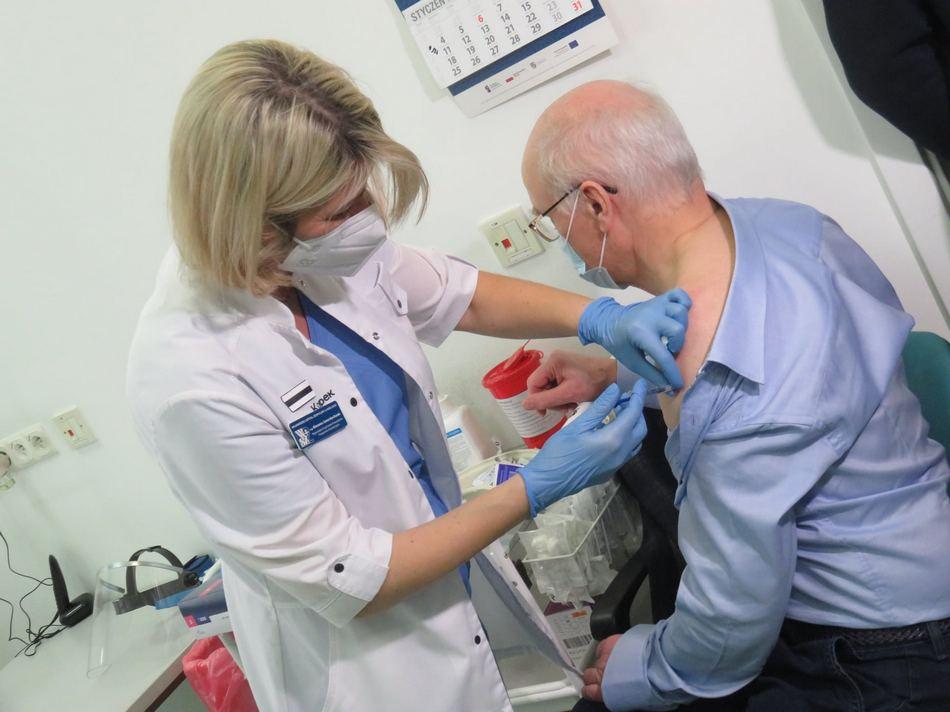 Pierwsze osoby w Kielcach zaszczepione przeciwko COVID-19