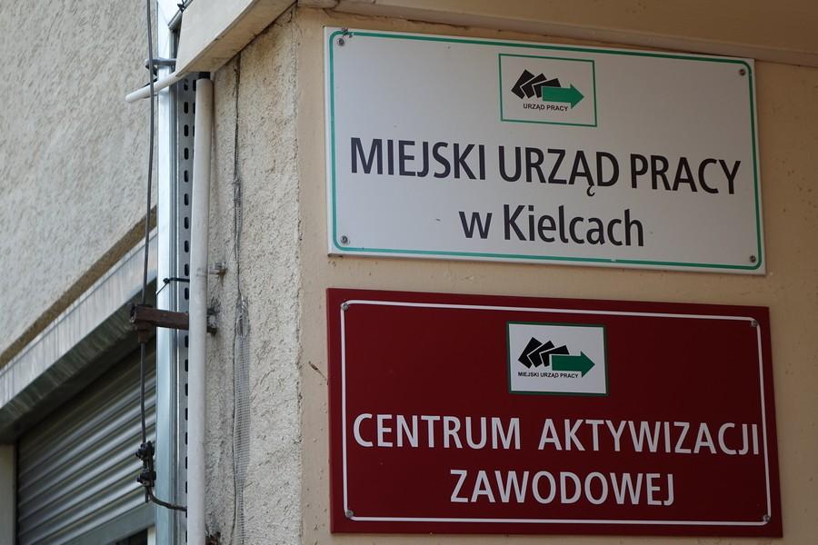 Wyłudzenia w Miejskim Urzędzie Pracy w Kielcach. Dwóch urzędników zatrzymanych