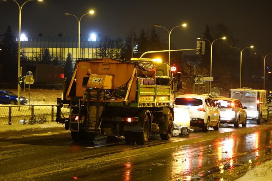 RPZ walczy z zimą. Kierowcy narzekają na drogowców