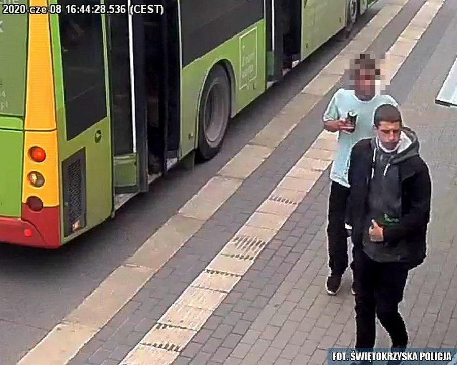 Rzucali butelką w autobus. Poszukują ich policjanci