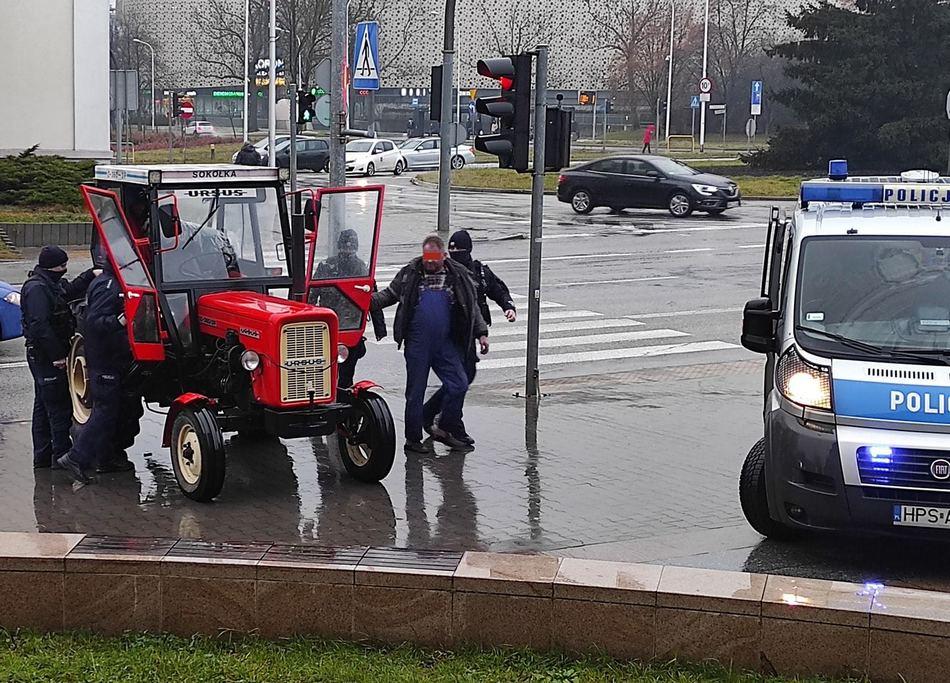 Traktorzysta z zakazem mknął przez Kielce bez świateł i w klapkach