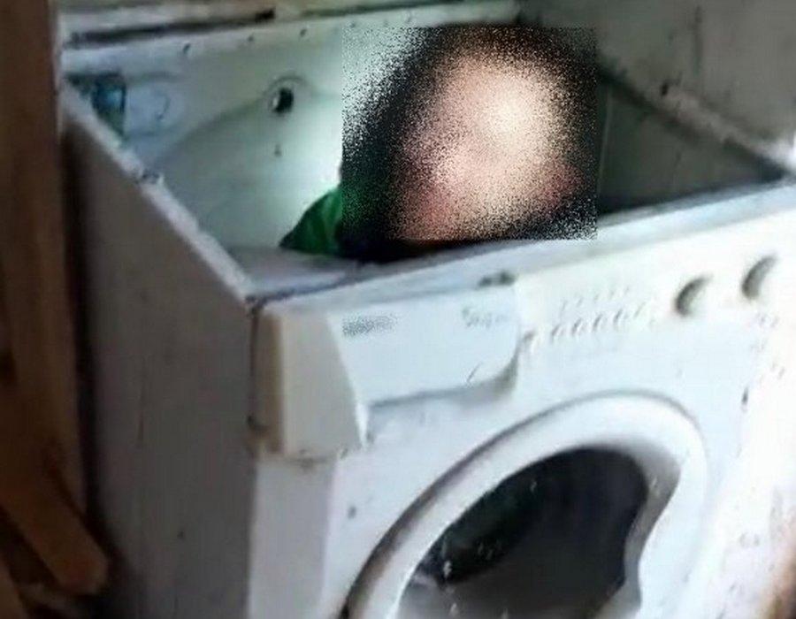 Przed policjantami schował się do pralki