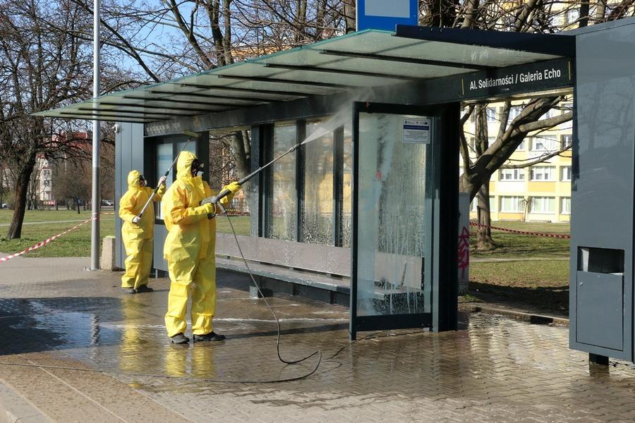 W Kielcach myją przystanki. Zostaną spryskane płynem do dezynfekcji