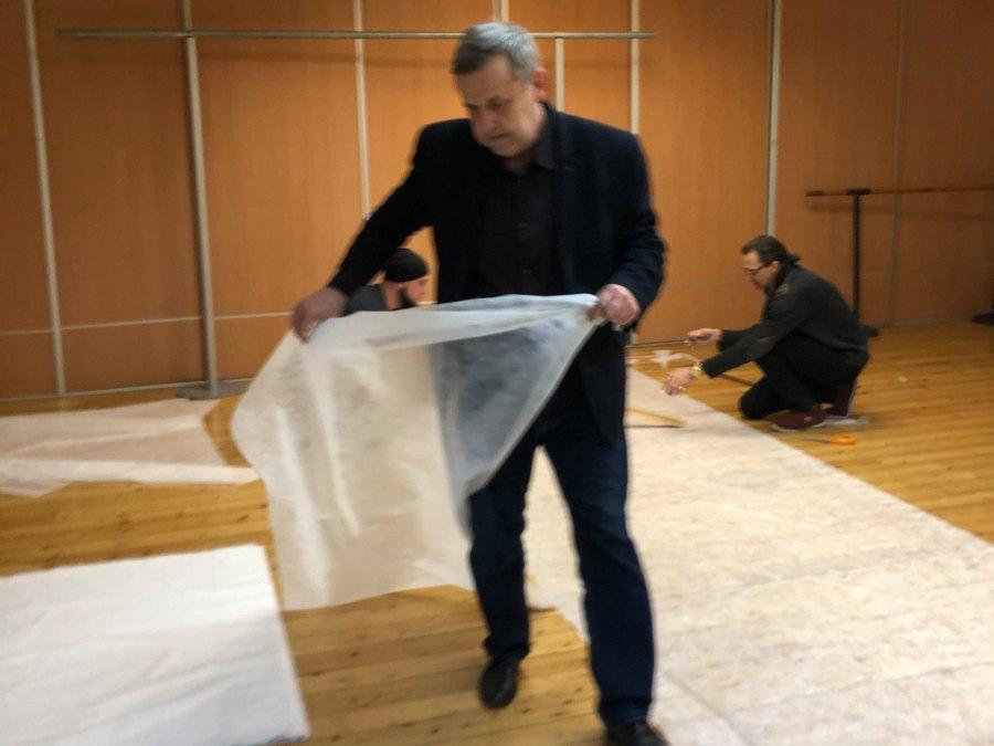 Pracownicy WDK szyją fartuchy dla szpitali