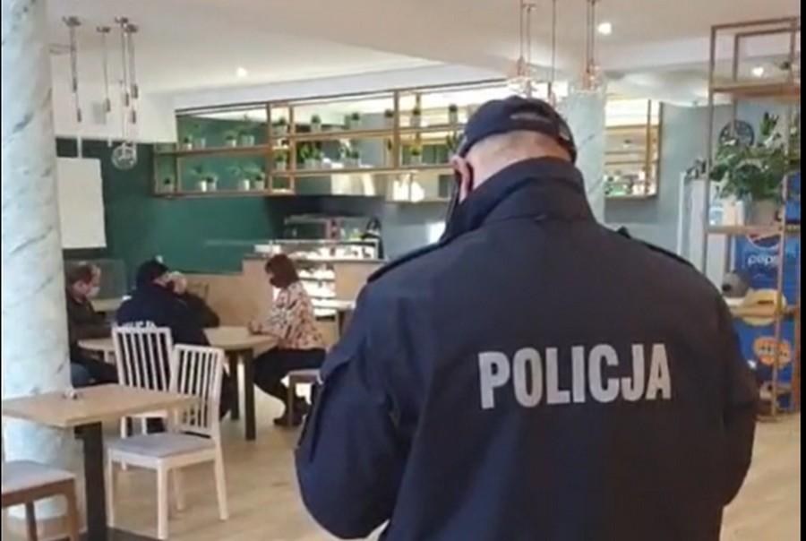 Sanepid z policjantami w Family Bistro. Lokal otworzył się mimo zakazu (WIDEO)