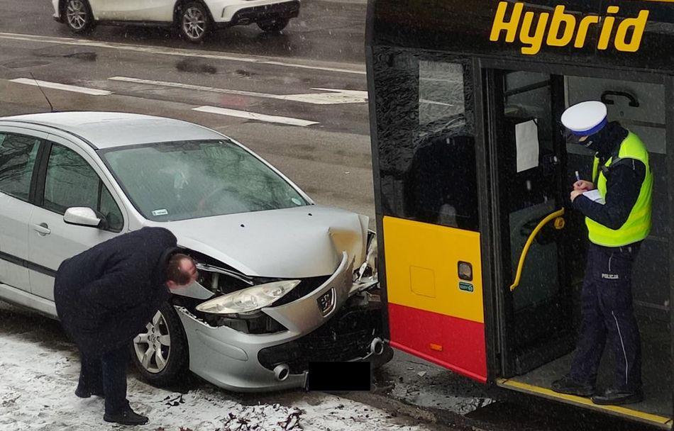 Zderzenie autobusu i osobówki. Kierowca i pasażer uciekli