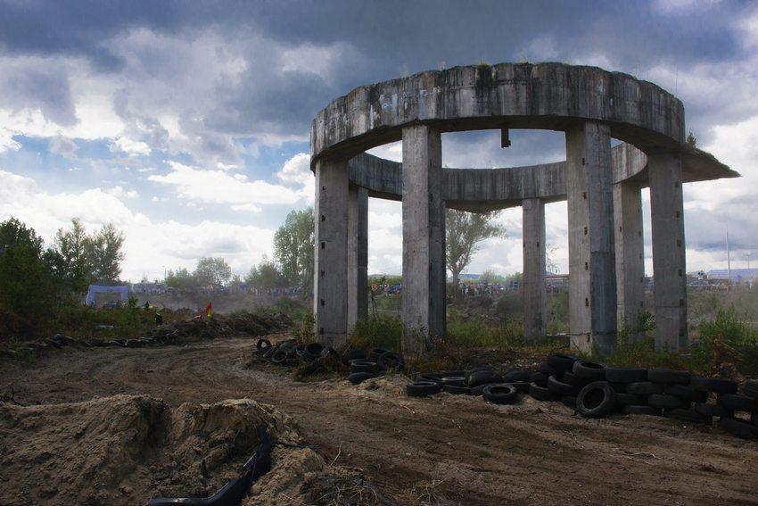 Podkielecki Stonhenge zostanie rozebrany. Powstaną hale i biurowiec