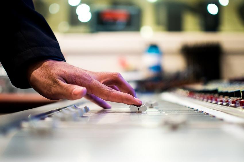 O co zapytać DJ'a weselnego przed podpisaniem umowy?