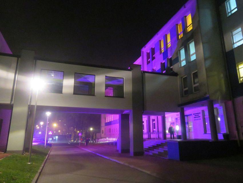 Fioletowy szpital i galeria dla wcześniaków