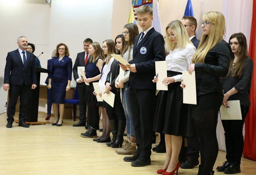 Najlepsi uczniowie ze stypendium od premiera