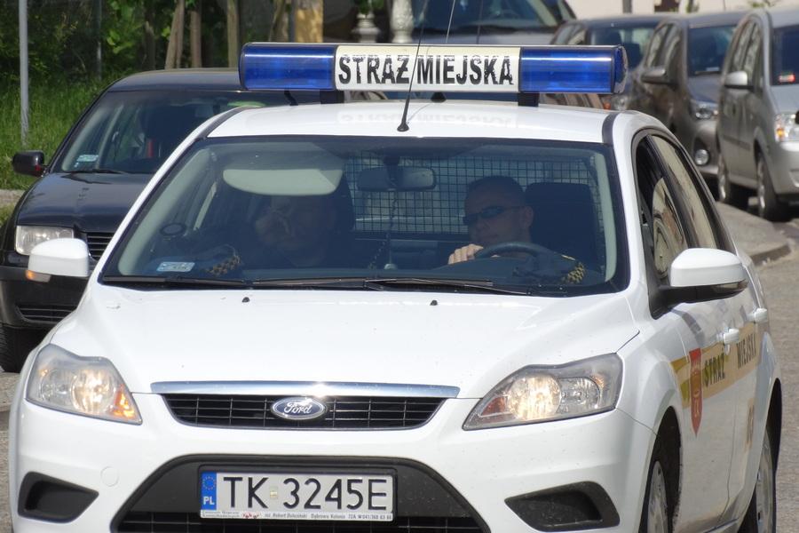 Ojciec bił dziecko na ulicy. 6-latek prosił o pomoc strażników miejskich