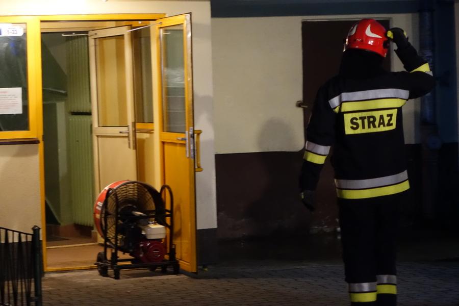 Podpalił drzwi do mieszkania. Policjanci poszukują sprawcy