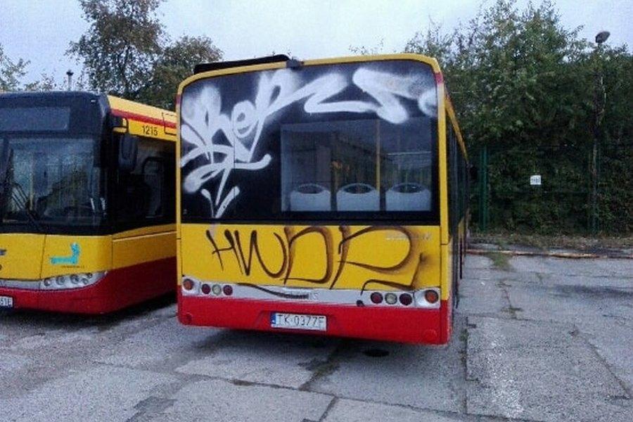 Wandale zdewastowali autobusy
