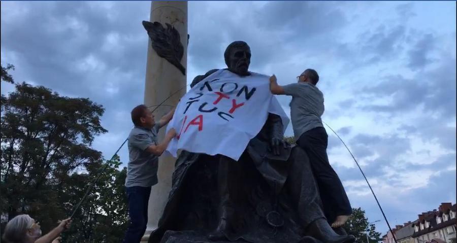 KOD powiesił transparent na pomniku Henryka Sienkiewicza
