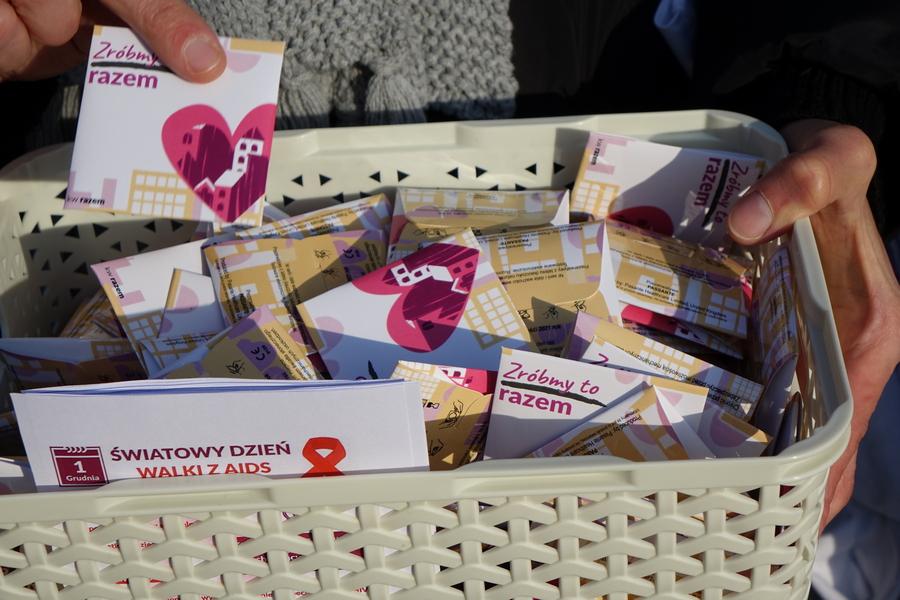 Razem rozdawali prezerwatywy na Rynku w Kielcach