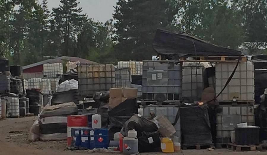 Kiedy uprzątną niebezpieczne składowisko chemikaliów w Nowinach?