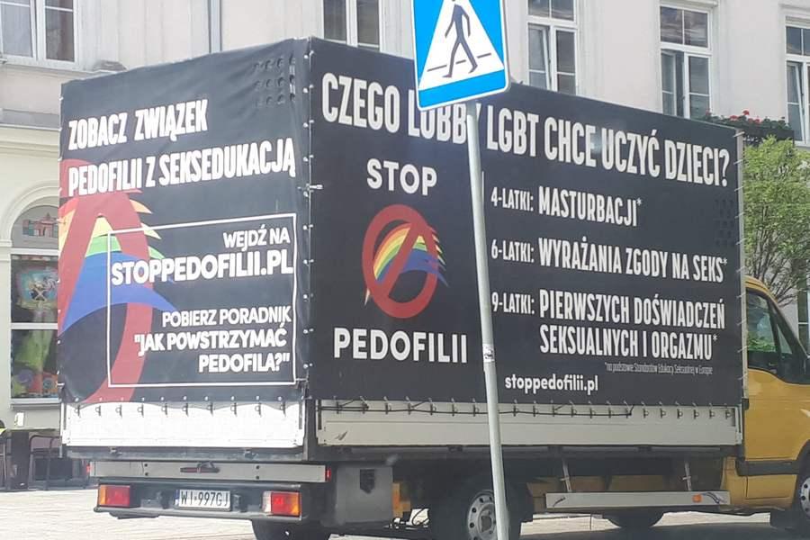 Po Kielcach jeździ ciężarówka przestrzegająca przed pedofilią