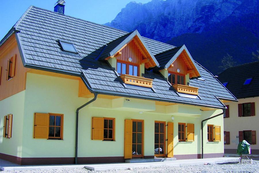 Wybór dachu, czyli w czym blachodachówka przewyższa tradycyjne pokrycia ceramiczne i betonowe