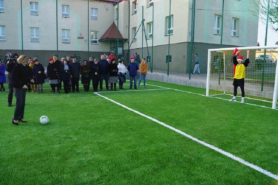Przy szkole otworzyli nowe boisko. Skorzystają nie tylko uczniowie