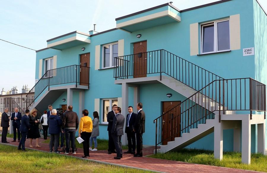 """Pierwsze mieszkania na """"Jezioranach"""" już gotowe. Mieszkańcy otrzymali klucze"""