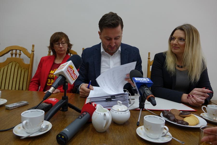"""Seria podwyżek na sesji Rady Miasta Kielce. Nie będzie za to sprawy pomnika """"Rzeź Wołyńska"""""""