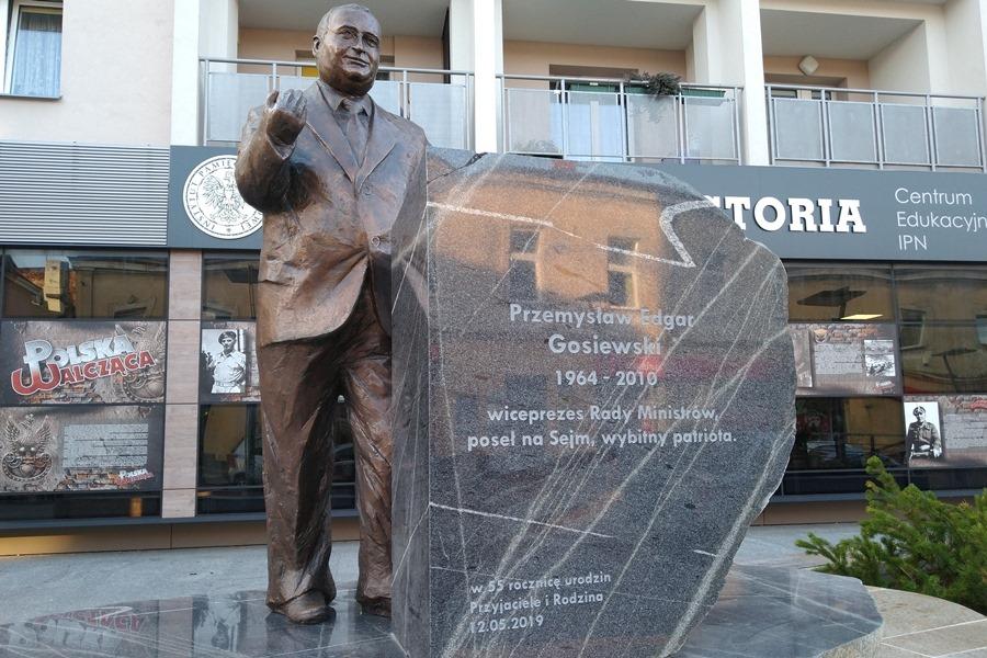 Pomnik Przemysława Gosiewskiego już zamontowany. Niedługo oficjalne odsłonięcie