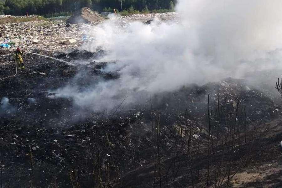 Strażacy walczyli z pożarem wysypiska śmieci w Promniku
