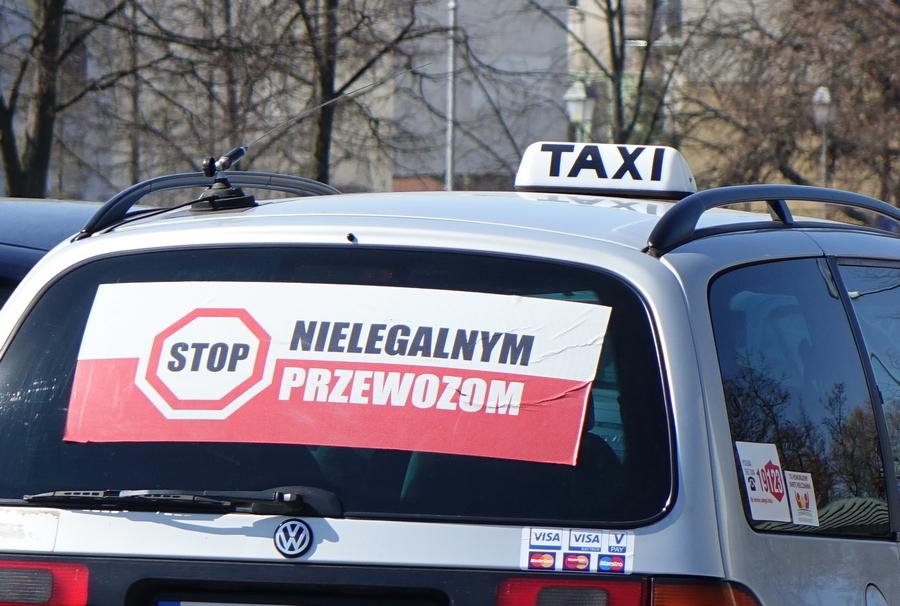 Kieleccy taksówkarze protestują przeciwko nielegalnym przewozom (WIDEO)
