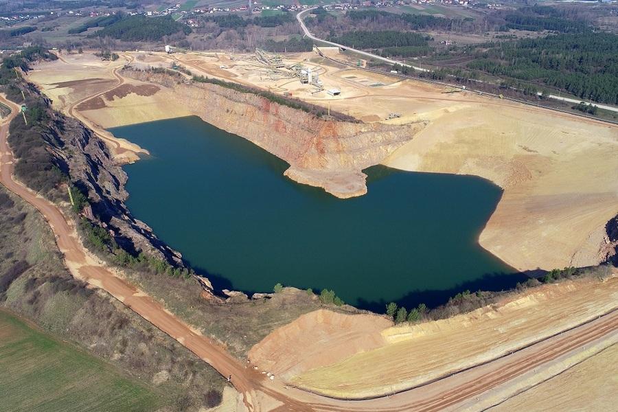 W Radkowicach przybywa wody.  Nieczynne wyrobisko wraca do natury (ZDJĘCIA)