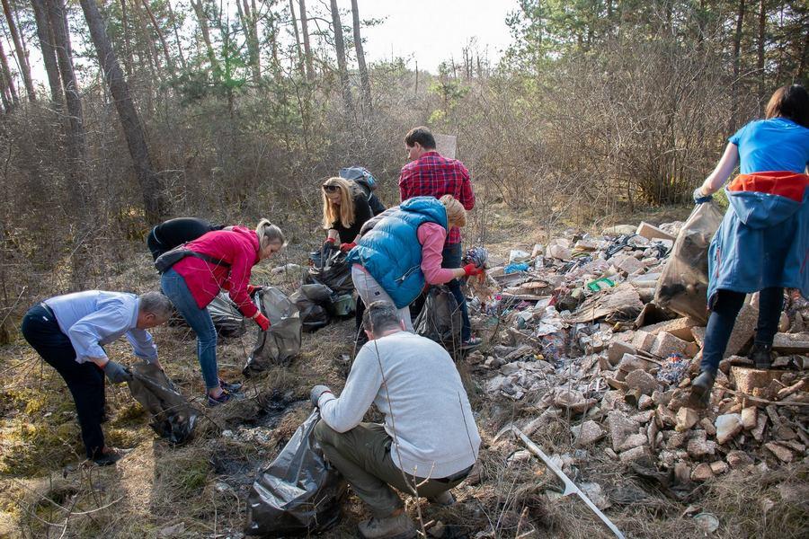 Mieszkańcy gminy Sitkówka-Nowiny sprzątali w niedzielę śmieci w lesie