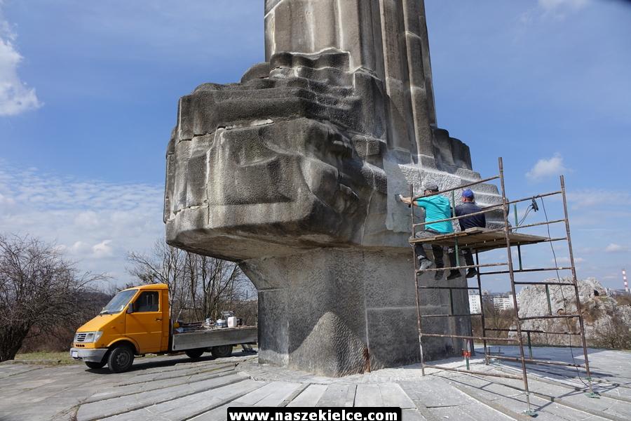 Ostatnie prace przy dekomunizacji pomnika na Kadzielni 05.04.2018