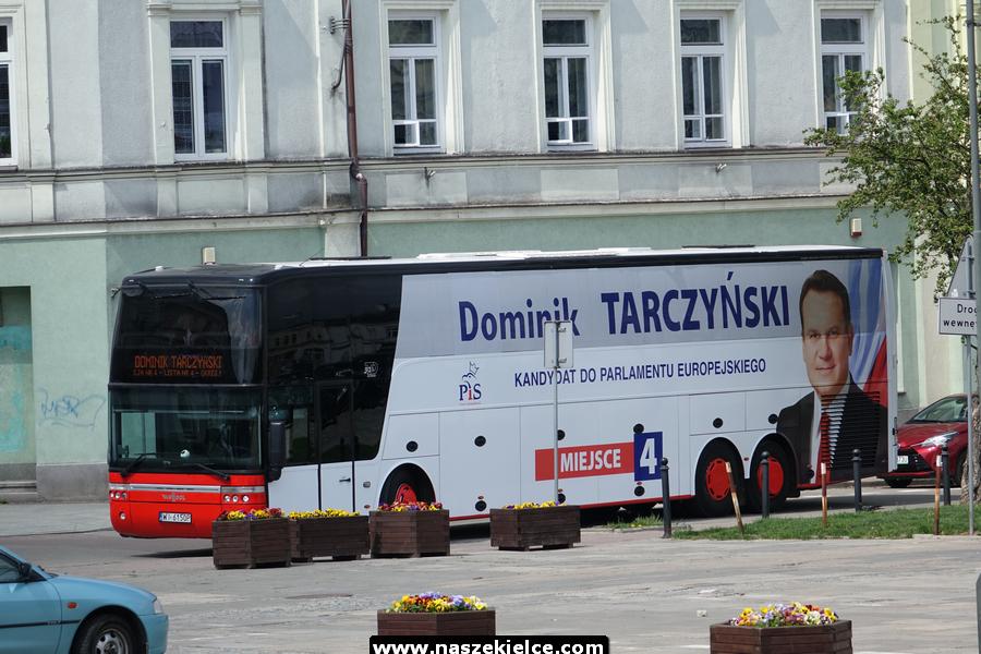 Poseł Dominik Tarczyński prezentuje wyborczy autobus 02.05.2019