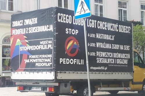 kielce wiadomości Po Kielcach jeździ ciężarówka przestrzegająca przed pedofilią