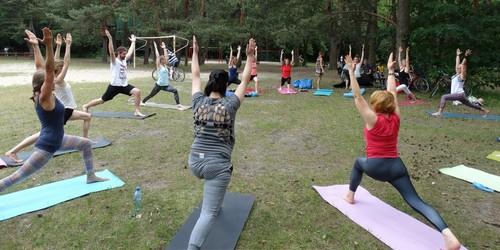 kielce wiadomości Ćwiczyli jogę w lesie (ZDJĘCIA)