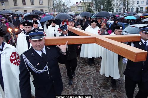 kielce wiadomości Z krzyżem wędrowali ulicami Kielc (ZDJĘCIA,WIDEO)