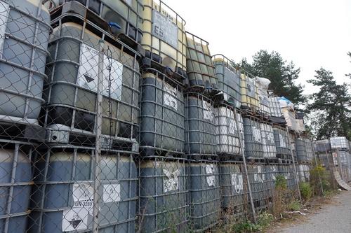 kielce wiadomości Skażona gleba w ujęciu wody na Białogonie. Straż miejska pilnuje składowiska chemikaliów