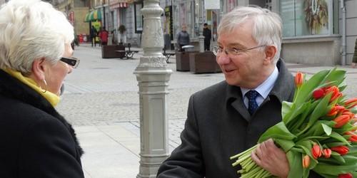 kielce wiadomości Poseł PiS rozdawał kwiaty w centrum Kielc
