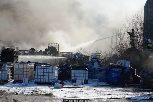 kielce wiadomości Strażacy walczyli z pożarem chemikaliów w Nowinach (ZDJĘCIA,WIDEO)