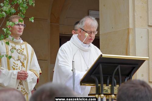 kielce wiadomości Biskup kielecki krytycznie o LGBT. Tłumy na procesji (ZDJĘCIA,WIDEO)