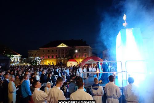 kielce wiadomości Tłumy wiernych na niedzielnym Uwielbieniu na Rynku (ZDJĘCIA,WIDEO)