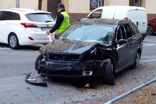 kielce wiadomości Pijany kierowca uderzył w drzewo na Paderewskiego (ZDJĘCIA)