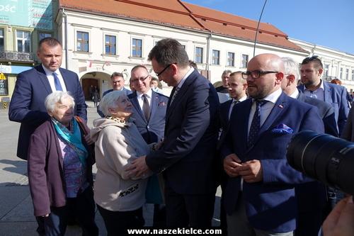 kielce wiadomości Minister Sprawiedliwości odwiedził Kielce. Na Rynku spotkał się z mieszkańcami i KODem (ZDJĘCIA,WIDEO)