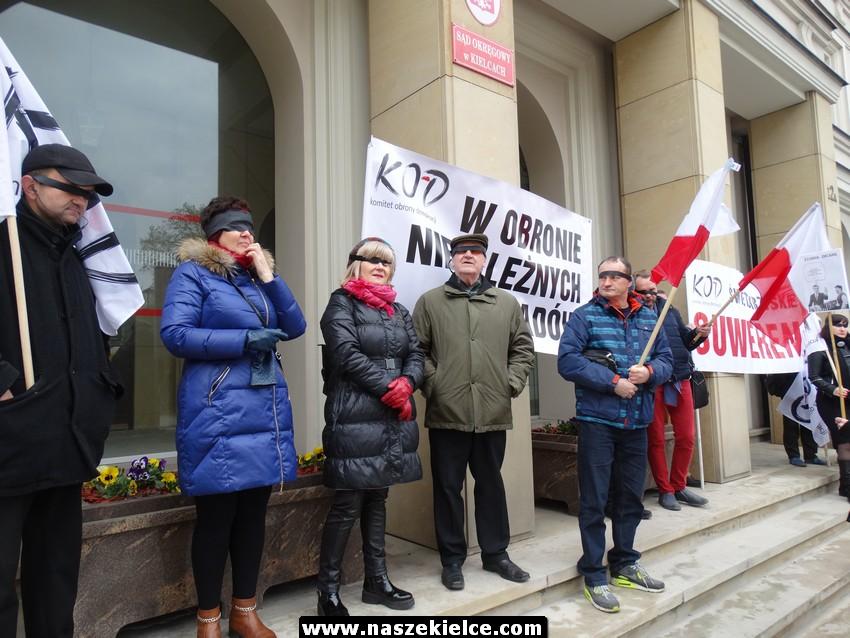 KOD pikietuje pod Sądem Okręgowym w Kielcach 20.04.2017