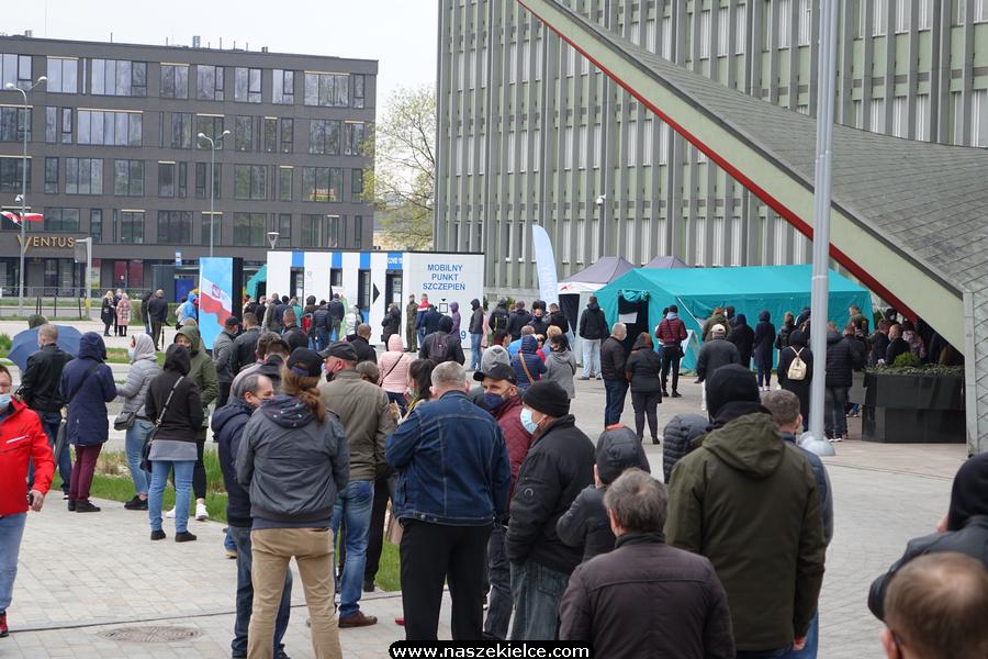 Ogromna kolejka po szczepionkę w Kielcach 01.05.2021