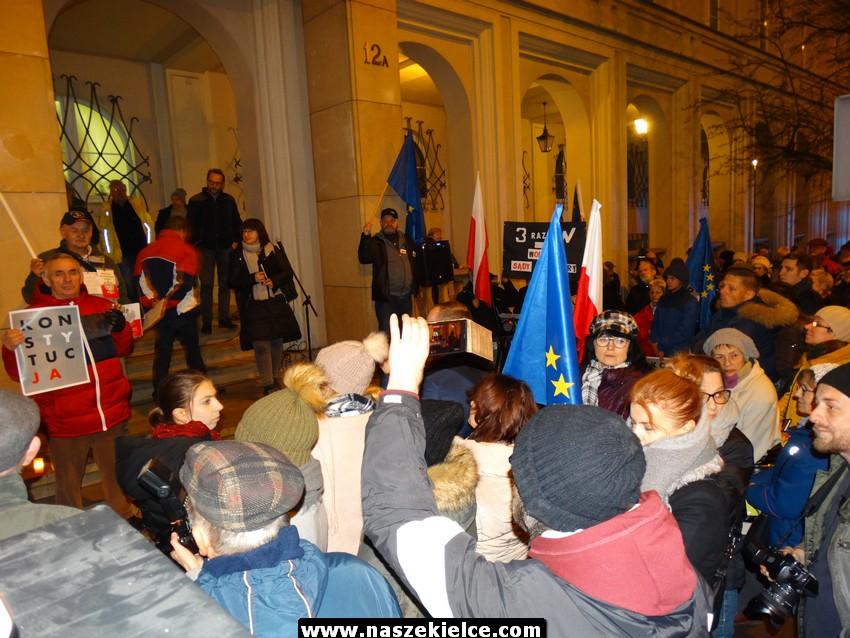 Protest KOD pod Sądem Okręgowym w Kielcach 24.11.2017