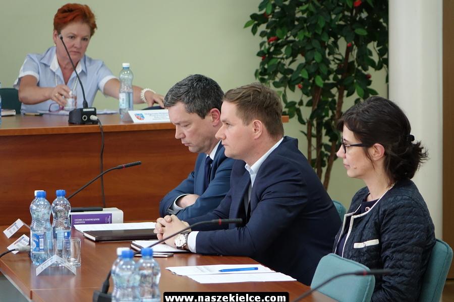 Bezpłatne przejazdy, dzierżawa terenów lotniska w Obicach i inne. W czwartek sesja Rady Miasta