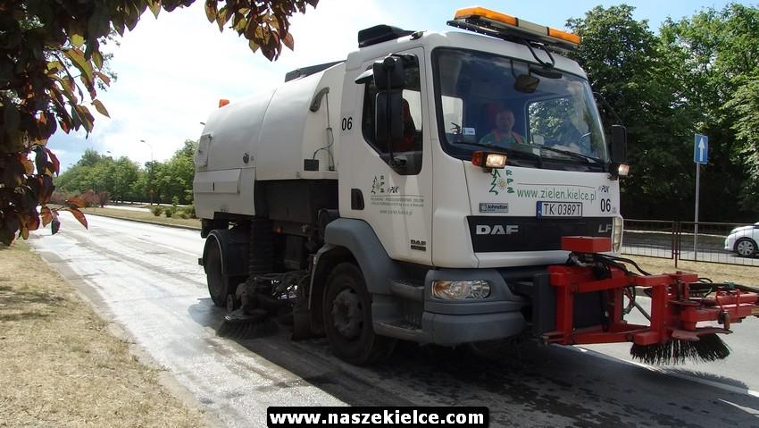 Sprzątanie ulicy Bohaterów Warszawy w Kielcach 06.07.2017