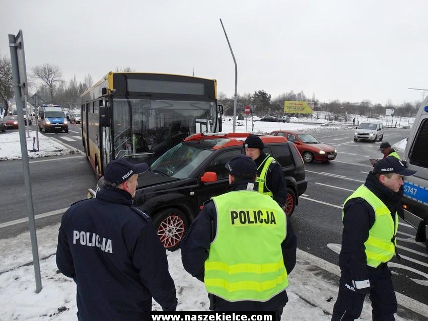 Wypadek autobusu na skrzyżowaniu 04.12.2017