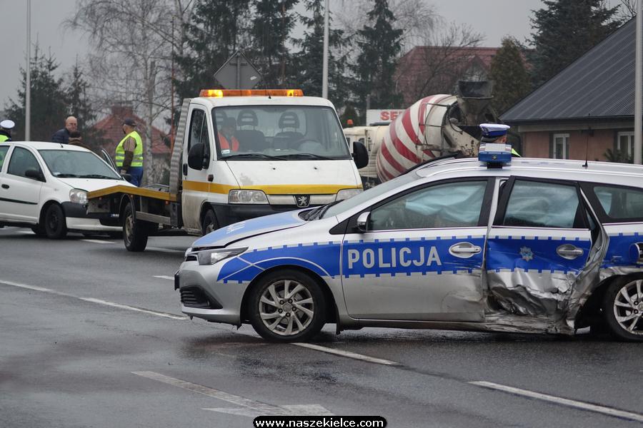 Wypadek z udziałem radiowozu na ulicy Krakowskiej w Kielcach 30.12.2020